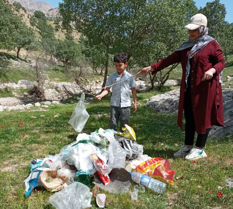 مادر و فرزندی اقدام به پاکسازی منطقه گردشگری مال آقا کردند